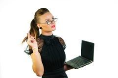 Mujer en alineada negra con una computadora portátil Fotos de archivo libres de regalías
