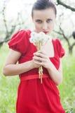 Mujer en alineada roja con el ramillete Fotografía de archivo libre de regalías