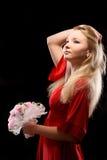 Mujer en alineada roja con las flores Fotos de archivo