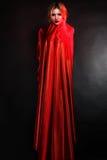 Mujer en alineada roja elegante Fotografía de archivo
