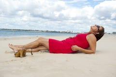 Mujer en alineada roja en la playa imágenes de archivo libres de regalías