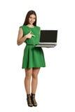 Mujer en alineada verde fotografía de archivo
