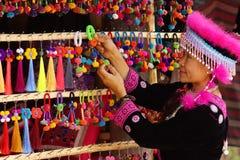 Mujer en alineada y artesanía de la tribu de la colina Imagenes de archivo