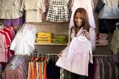 Mujer en almacén de la ropa Fotografía de archivo libre de regalías
