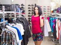 Mujer en almacén de ropa Fotos de archivo libres de regalías