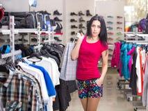 Mujer en almacén de ropa Imágenes de archivo libres de regalías