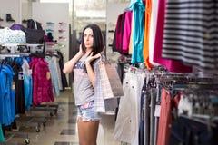 Mujer en almacén de ropa fotos de archivo