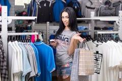 Mujer en almacén de ropa Imagen de archivo