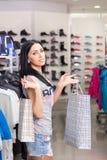 Mujer en almacén de ropa Foto de archivo libre de regalías