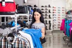 Mujer en almacén de ropa imagen de archivo libre de regalías