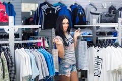 Mujer en almacén de ropa Fotografía de archivo