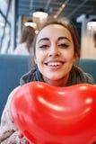 Mujer en amor en día de tarjetas del día de San Valentín Foto de archivo libre de regalías