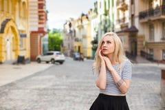 Mujer en amor en la calle colorida del verano Fotografía de archivo