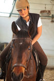 Mujer en arena interior del montar a caballo Fotografía de archivo libre de regalías