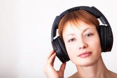 Mujer en auriculares Fotografía de archivo libre de regalías