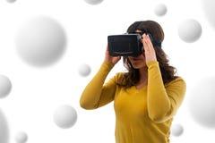 Mujer en auriculares de la realidad virtual Fotos de archivo libres de regalías