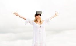 Mujer en auriculares de la realidad virtual al aire libre Imagen de archivo