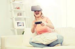 Mujer en auriculares de la realidad virtual con el regulador Fotografía de archivo libre de regalías