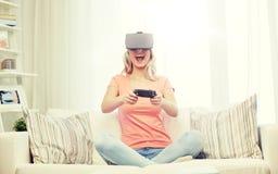 Mujer en auriculares de la realidad virtual con el regulador Imagen de archivo libre de regalías