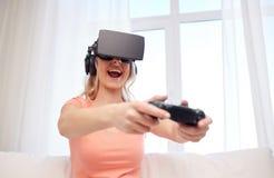 Mujer en auriculares de la realidad virtual con el regulador Fotos de archivo