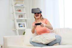 Mujer en auriculares de la realidad virtual con el regulador Foto de archivo libre de regalías