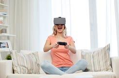 Mujer en auriculares de la realidad virtual con el regulador Imagen de archivo