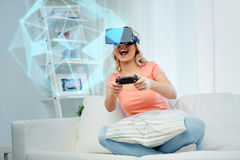 Mujer en auriculares de la realidad virtual con el regulador Foto de archivo
