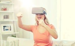 Mujer en auriculares de la realidad virtual o los vidrios 3d Foto de archivo libre de regalías