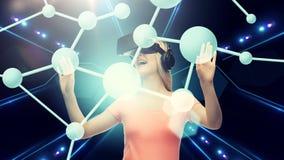 Mujer en auriculares de la realidad virtual o los vidrios 3d Imágenes de archivo libres de regalías
