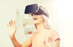 Mujer en auriculares de la realidad virtual o los vidrios 3d Imagenes de archivo