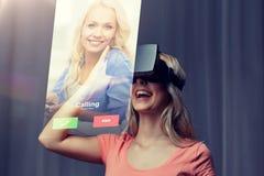 Mujer en auriculares de la realidad virtual o los vidrios 3d Imagen de archivo libre de regalías