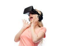 Mujer en auriculares de la realidad virtual o los vidrios 3d Imagen de archivo