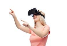 Mujer en auriculares de la realidad virtual o los vidrios 3d Fotos de archivo libres de regalías