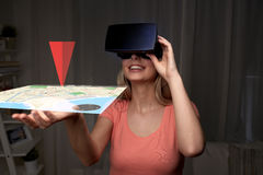 Mujer en auriculares de la realidad virtual o los vidrios 3d Fotos de archivo