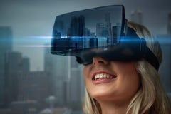 Mujer en auriculares de la realidad virtual sobre ciudad Imagen de archivo