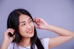 Mujer en auriculares que escucha la música Fotografía de archivo