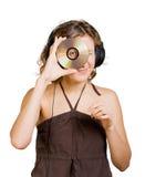 Mujer en auriculares que escucha la música imagenes de archivo