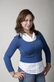 Mujer en azul con las manos en caderas imagen de archivo libre de regalías