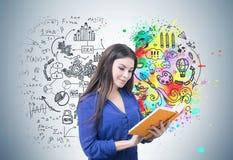 Mujer en azul que lee un libro, cerebro Fotografía de archivo libre de regalías