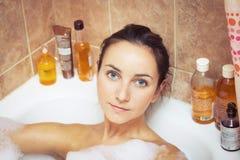 Mujer en bañera por completo de espuma Fotografía de archivo