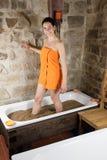 Mujer en baño con la arcilla Fotos de archivo