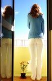 Mujer en balcón Imagen de archivo libre de regalías