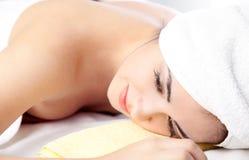 Mujer en balneario con la toalla en el pelo Imágenes de archivo libres de regalías