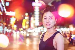 Mujer en Bangkok Chinatown en la noche imágenes de archivo libres de regalías