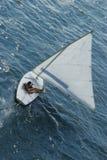 Mujer en barco de vela Foto de archivo
