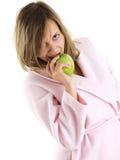 Mujer en bata de casa con la manzana Foto de archivo