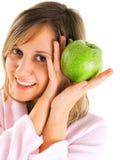 Mujer en bata de casa con la manzana Imagen de archivo