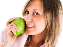 Mujer en bata de casa con la manzana Imagen de archivo libre de regalías