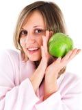 Mujer en bata de casa con la manzana Fotografía de archivo