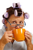Mujer en bigudíes que bebe el café por la mañana Imagenes de archivo